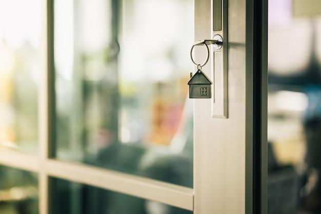 Model domu i klucz do drzwi domu. Premium Zdjęcia