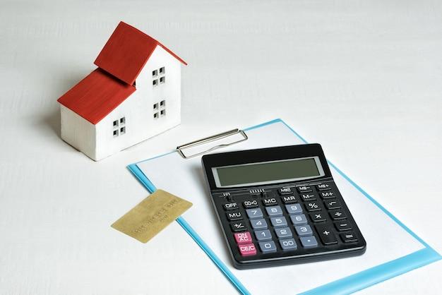 Model Domu, Karty Kredytowej I Kalkulatora Włączony. Kupno Domu Pojęcie Hipoteki I Nieruchomości. Premium Zdjęcia