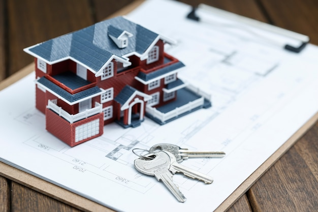 Model domu willi, klucz i rysunek na desktopie retro (koncepcja sprzedaży nieruchomości) Darmowe Zdjęcia
