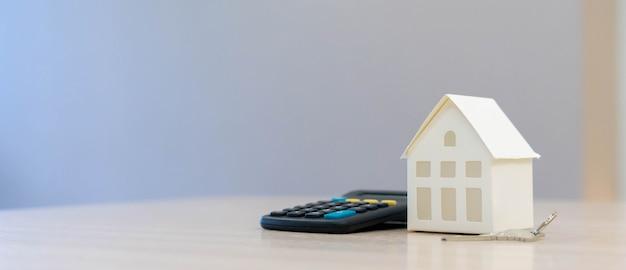 Model Domu Z Kalkulatorem Lub Zarządzaniem Pieniędzmi, Koncepcja Finansowa Kredytu Mieszkaniowego Premium Zdjęcia