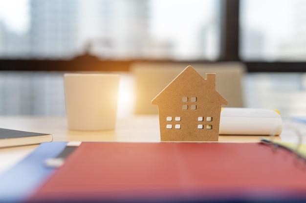Model Domu Z Umową Klienta Na Zakup Domu Premium Zdjęcia
