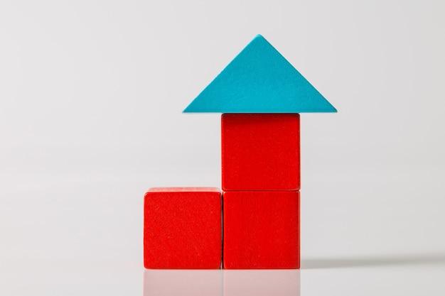 Model Drewnianego Domu (nieruchomości) Na Białym Tle Premium Zdjęcia