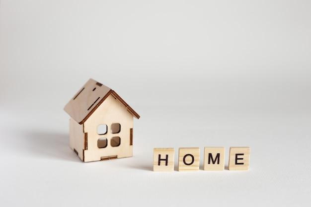 Model Drewniany Dom I Drewniane Litery Z Napisem Home Premium Zdjęcia
