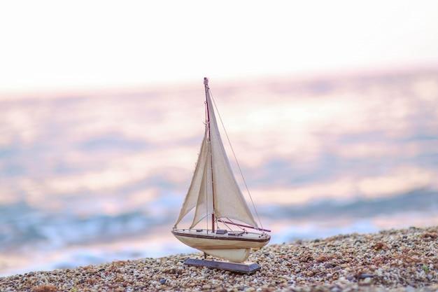 Model Drewniany Statek Na Tle Naturalnego Wybrzeża Morskiego Premium Zdjęcia