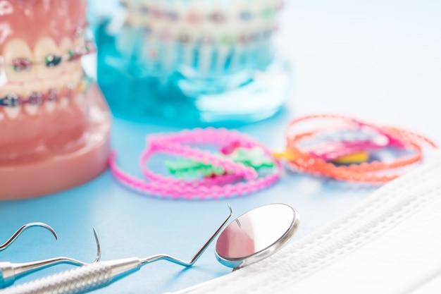 Model ortodontyczny i narzędzie dentystyczne - model demonstracyjny zębów różnych odmian zamka ortodontycznego lub aparatu ortodontycznego Premium Zdjęcia
