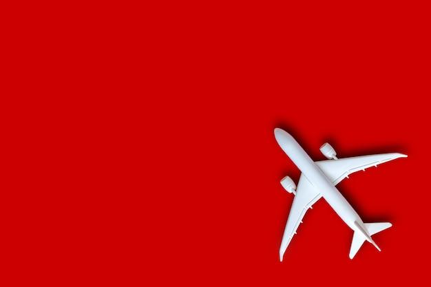 Model Samolotu, Samolot Na Tle Czerwonego Koloru Z Miejsca Na Kopię Premium Zdjęcia