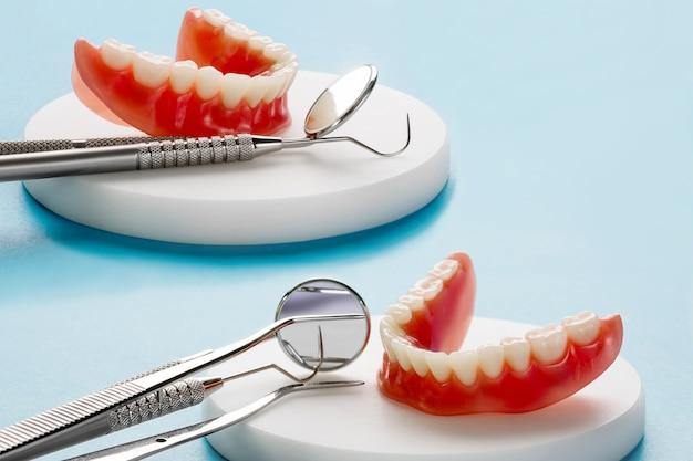 Model Zębów Przedstawiający Model Mostu Korony Implantu / Demonstrację Dentystyczną Badanie Zębów Uczy Modelu. Premium Zdjęcia