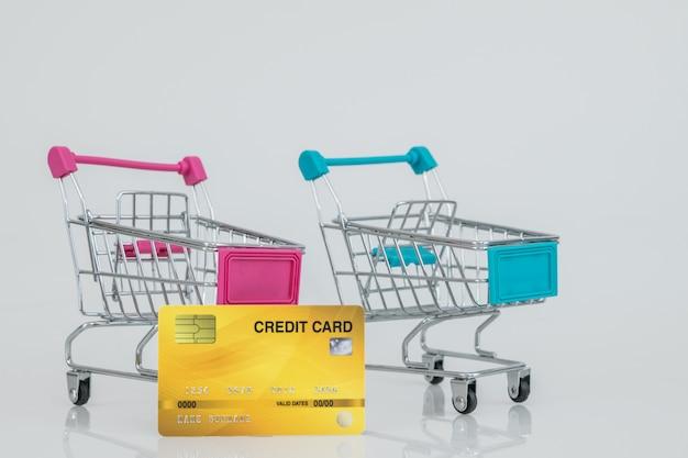 Modele Wózków Sklepowych Z Kartą Kredytową. Zakupy W E-commerce. Premium Zdjęcia