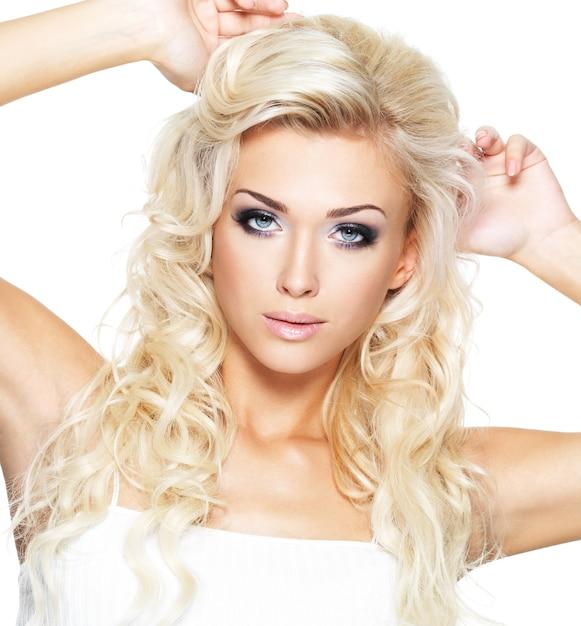 Modelka Pozowanie W Studio. Portret Pięknej Blond Kobiety Z Nasyconym Makijażem. Dziewczyna Pozuje Na Białej Przestrzeni Darmowe Zdjęcia