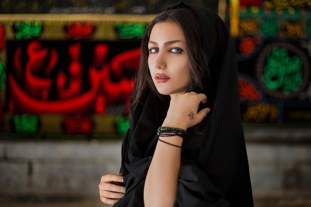 Modelka W Czarnym Stroju Hidżabu Darmowe Zdjęcia