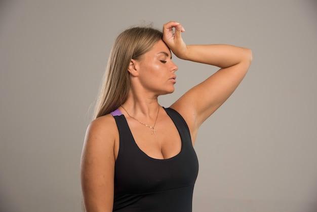 Modelka W Sportowym Biustonoszu Trzyma Głowę Darmowe Zdjęcia