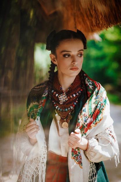 Modelka W Ukraińskiej Sukience Pozuje W Parku Darmowe Zdjęcia