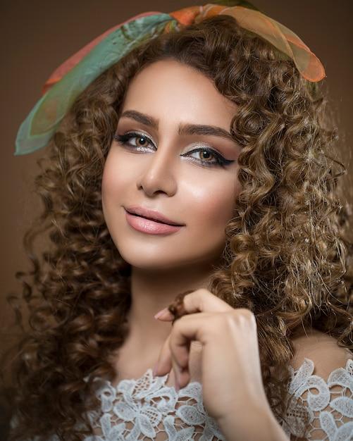 Modelka Z Kręconymi Włosami I Jasnym Makijażem Darmowe Zdjęcia