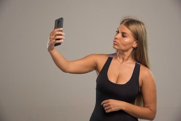 Modelki W Biustonosz Sportowy Przy Jej Selfie Darmowe Zdjęcia