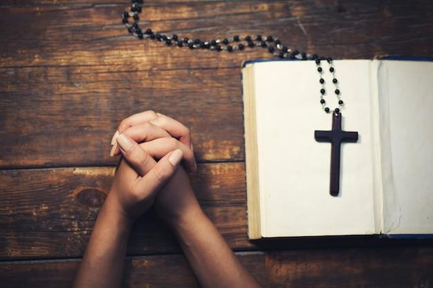 Modląca Się Kobieta Premium Zdjęcia