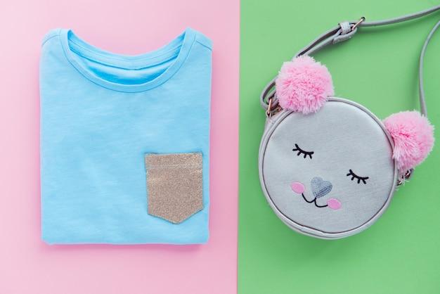 Modna Dziecięca Torba I Niebieska Koszulka Z Płaskimi Nogami Premium Zdjęcia