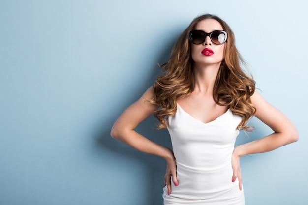 Modna Kobieta W Okularach Przeciwsłonecznych. Premium Zdjęcia