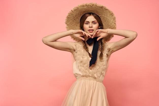 Modna Kobieta W Sukience I Kapeluszu Z Czarną Wstążką Na Różowym Przyciętym Widoku Modelowej Zabawy Emocji. Premium Zdjęcia