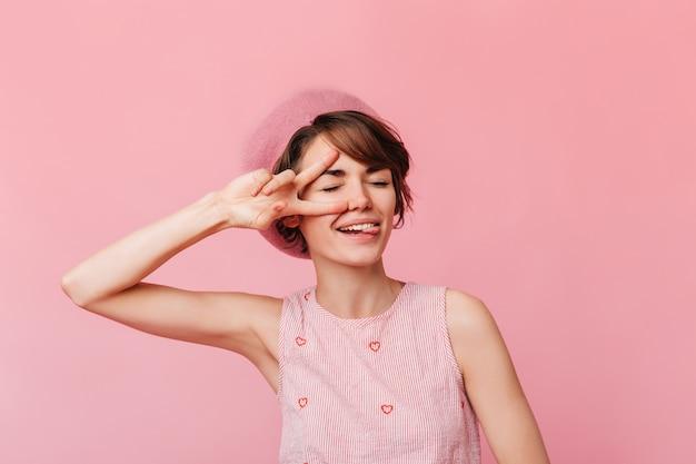 Modna Młoda Kobieta Pokazuje Znak Pokoju Darmowe Zdjęcia