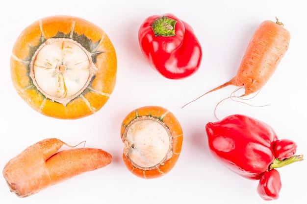 Modne brzydkie śmieszne organiczne warzywa rolnicze z mutacjami na białym tle Premium Zdjęcia