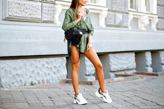 Modne Detale W Stylu Ulicznym Hipster Kobiety Z Niesamowitymi Długimi, Sportowo Opalonymi Nogami Darmowe Zdjęcia