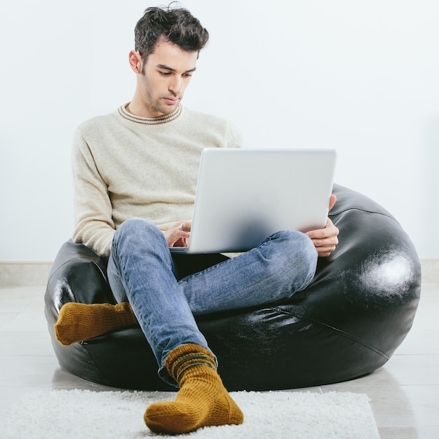 Modny Mężczyzna W Zimowe Ubrania Z Dzianiny Z Laptopem Darmowe Zdjęcia