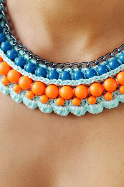 Modny Naszyjnik Z Niebieskich I Pomarańczowych Koralików Darmowe Zdjęcia