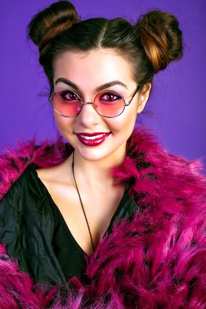 Modny Portret Wesołej Brunetki Pozującej W Modnym Stroju Urazy, Kurtce Ze Sztucznego Futra, Makijaż. Pełne Seksowne Usta Darmowe Zdjęcia