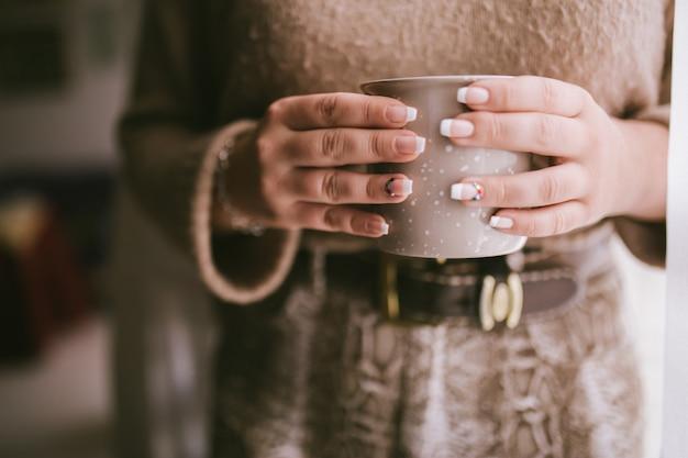 Mody Kobieta Cieszy Się Kawowego Lub Herbacianego Moment. Premium Zdjęcia