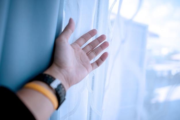 Moja Dłoń Czeka. Ułożyła Coś Do życia. Premium Zdjęcia