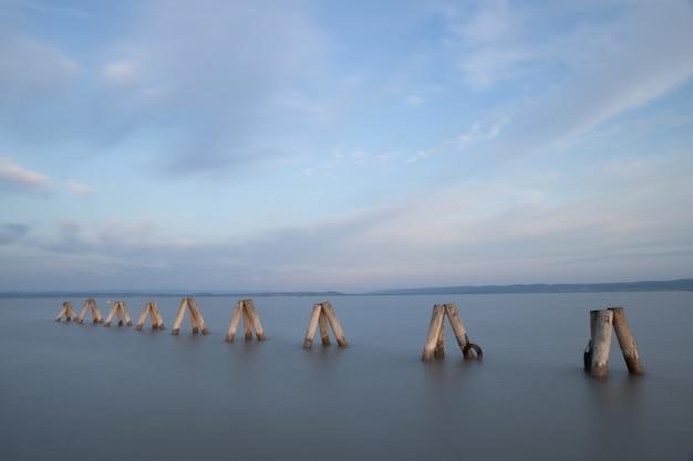 Molo Na Morzu Pod Pięknym Pochmurnym Niebem W Ciągu Dnia Darmowe Zdjęcia