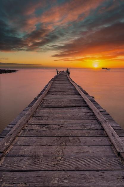 Molo Rozciągające Się W Stronę Morza Przy Zachodzącym Słońcu Premium Zdjęcia