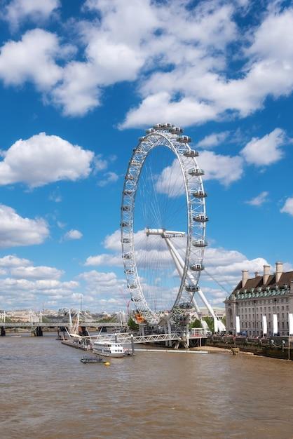Molo w londynie i tamizie, z mostu westminster. Premium Zdjęcia