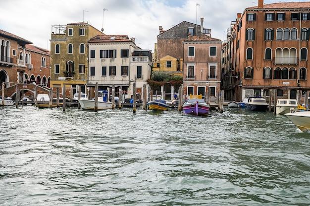 Molo Z Zacumowanymi łodziami Na Canale Grande. Premium Zdjęcia