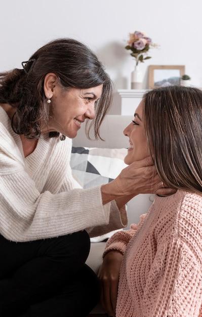 Moment Widok Z Boku Mama I Dziewczyna Premium Zdjęcia