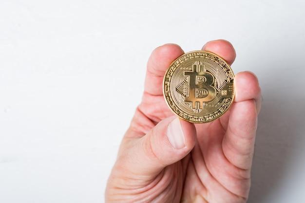 Moneta Bitcoin W Męskiej Dłoni. ścieśniać Premium Zdjęcia