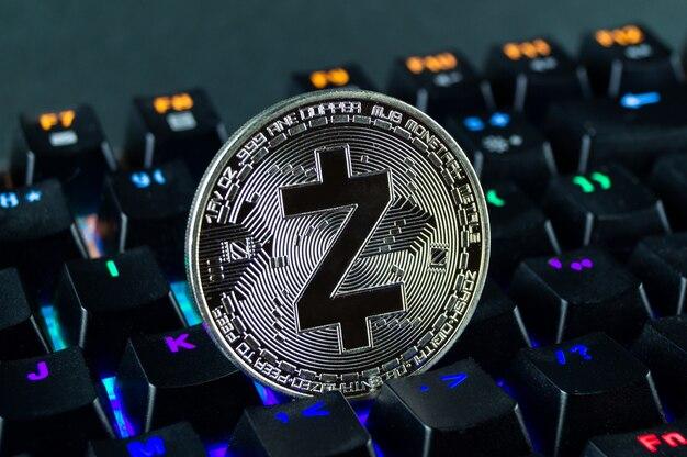 Moneta Kryptowaluta Zcash Zbliżenie Kolorowej Klawiatury. Premium Zdjęcia