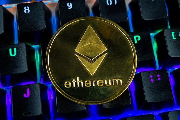 Moneta Kryptowaluty Ethereum Zbliżenie Kolorowej Klawiatury Premium Zdjęcia