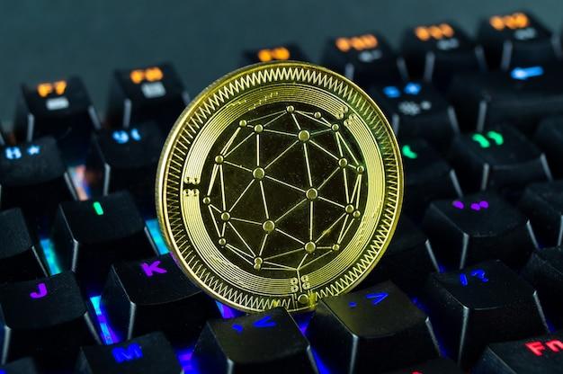 Moneta Kryptowaluty Qtum Zbliżenie Kolorowej Klawiatury Premium Zdjęcia