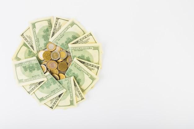 Monety i papierowy pieniądze na białym tle Darmowe Zdjęcia
