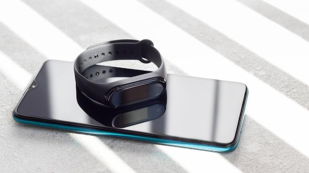 Monitor Fitness Leży Na Smartfonie Z Promieniami Porannego Słońca. Premium Zdjęcia