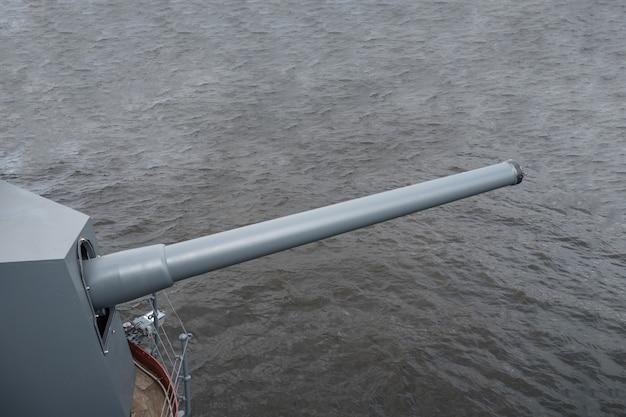 Morski Pistolet Na Szarej Wodzie. Premium Zdjęcia
