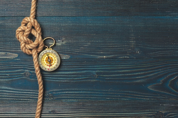 Morskie tło. lina żeglarska z kompasem Premium Zdjęcia