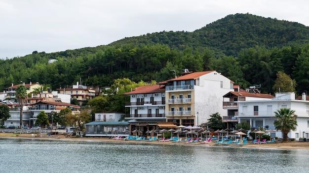 Morze Egejskie Koszt, Parasole I Leżaki Na Plaży, Budynki W Rzędzie Darmowe Zdjęcia