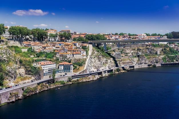 Morze Otoczone Budynkami I Zielenią W Porto Pod Słońcem W Portugalii Darmowe Zdjęcia