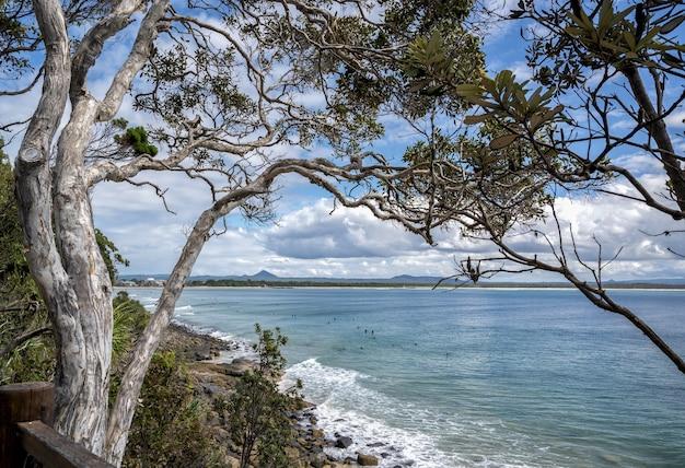 Morze Otoczone Zielenią Pod Błękitnym Pochmurnym Niebem W Noosa National Park, Queensland, Australia Darmowe Zdjęcia