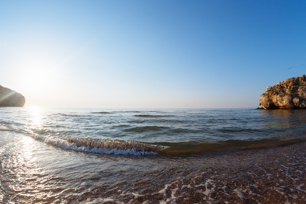 Morze Z Falami W Dzikiej Zatoce O Zachodzie Słońca Premium Zdjęcia