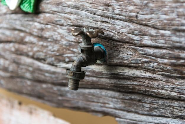 Mosiężne Baterie Na Drewnianej ścianie Premium Zdjęcia