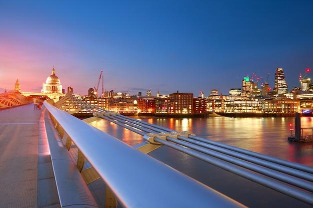 Most milenijny prowadzący do katedry św. pawła w centrum londynu Premium Zdjęcia