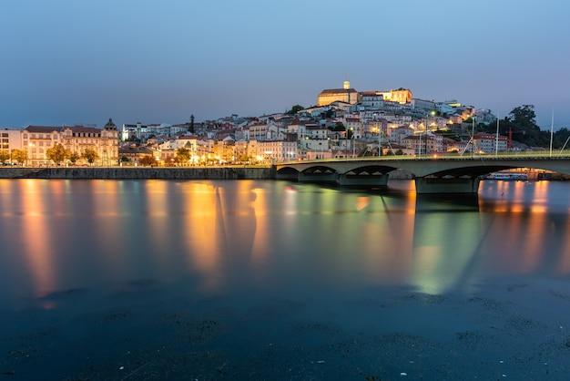 Most Na Morzu Otoczony Coimbrą Ze światłami Odbijającymi Się W Wodzie W Portugalii Darmowe Zdjęcia